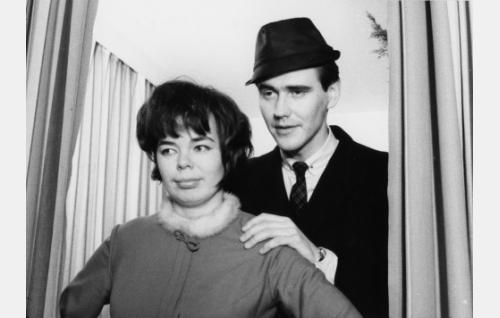 Pekka Sahenkari ja Raija Roiha episodissa Liukastelua.