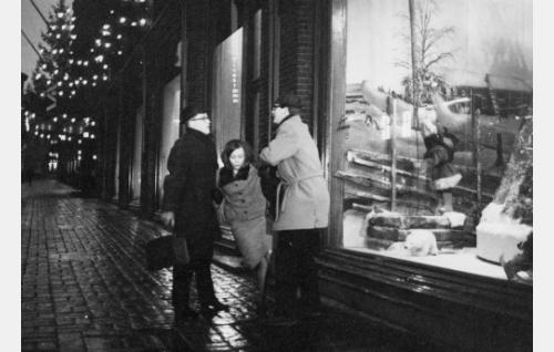 Leena Porras (Pirkko Jalava), Jarmo (Pekka Sahenkari) ja hänen kanssaan Leenaa ylösauttava salkkumies (Pasi Pyrekoski) episodissa Liukastelua.
