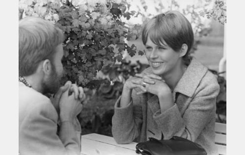 Aviovaimo (Riitta Raustila) ja partaniekka viettelijä (Anssi Mänttäri).