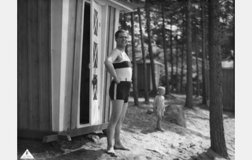 Antti (Helge Ranin) uimarannalla.