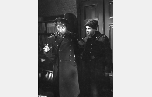Jallu, aktivisti (Pentti Saares, oik.) pidättää santarmieversti Vasiljevin adjutantin, luutnantti Semenovin (Sasu Haapanen).
