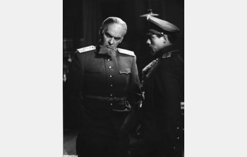 Kaupungin komendantti kenraali Danilov (Topo Leistelä) ja santarmiluutnantti Dimitri Pjotrovitsh Semenov (Sasu Haapanen).