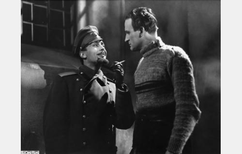 "santarmieversti Sergei Aleksandrovitsh Vasiljev (Ville Salminen) ja luutnantti Yrjö Jakola, kenraali Danilovin adjutantti, ""Grigori Andreivitsh"" (Tauno Majuri)."