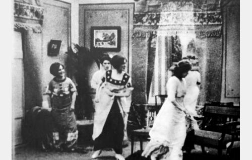 Elin Grönkvist (Olga Leino), Alma Hoving, Viktorin sisar (Olga Salo), Karin Löfberg (Ester Forsman), Sylvi, Akselin vaimo (Aili Rosvall)