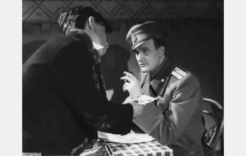 "Pekka, Jakolan palveluspoika, ""Pjotr"" (Pertti Hörman) ja luutnantti Yrjö Jakola, kenraali Danilovin adjutantti, ""Grigori Andreivitsh"" (Tauno Majuri)."