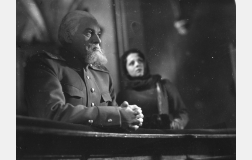Kenraali Danilov, kaupungin komendantti (Topo Leistelä) ja Marja Niskanen, senaattorin tytär (Helena Kara).
