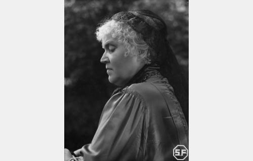 Senaattorska Agnes Harmelius (Elsa Rantalainen).