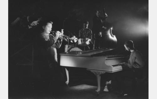 Ossi Runne orkestereineen esittää Bluesin.