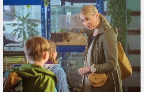 Simo (Viljami Lahti, selin), Emilia (Ella Jäppinen, selin) ja Emilian äiti (Essi Hellén). Kuva: Tommi Hynynen.