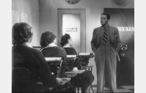Herra Lahtinen (Fritz-Hugo Backman) toimistossa.