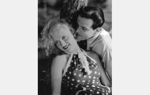 Elokuvan nuoret rakastavaiset Sirkka Mares (Ansa Ikonen) ja Arvo Lähde (Tauno Palo). Kaikki rakastavat oli Ansa Ikosen ja Tauno Palon ensimäinen yhteinen elokuva.
