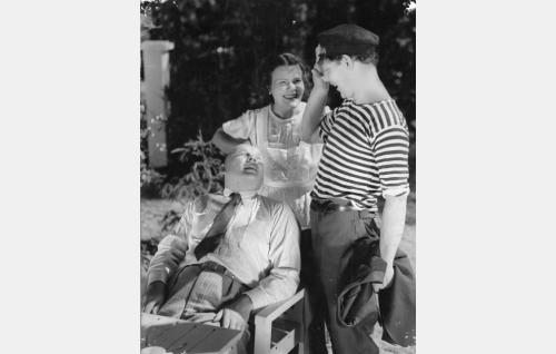 tuomari Salomon Mares (Yrjö Tuominen), Kaisu (Elna Hellman), Hiski (Matti Lehtelä)