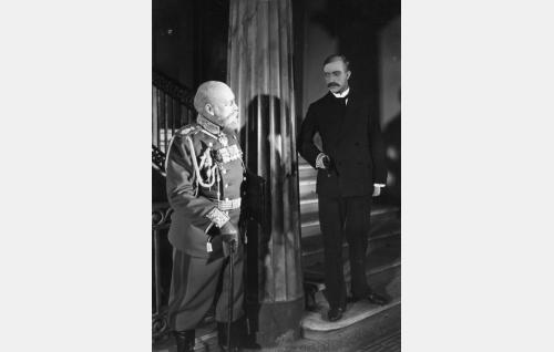 Kenraalikuvernööri Nikolai Bobrikoff (Aku Korhonen) kohtaa surmaajansa Eugen Schaumanin (Runar Schauman). Näyttelijät esiintyivät samoissa tehtävissä myös elokuvassa <i>Helmikuun manifesti</i> (1939).  Runar Schauman oli sukua roolihahmolleen. Hänen poikansa Göran esitti myös saman osan elokuvassa <i>Luottamus</i> (1976). Kohtaus kuvattiin kaikissa elokuvissa autettisella tapahtumapaikalla, senaatin linnan portaikossa.