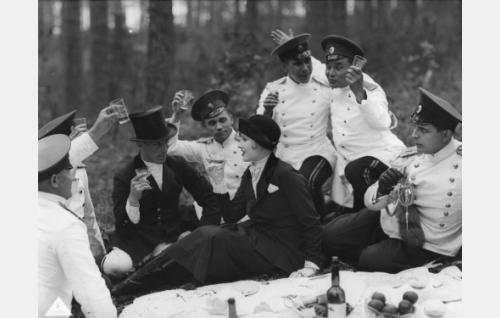 Serkukset Louise (Elsa Segerberg) ja Gustaf  (Helge Ranin, oikealla) ratsastusretkellä seurassaan herrasmies (Carl von Haartman, elokuvan ohjaaja) ja upseerit.