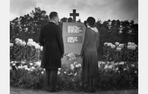 Venäjän armeijasta eronnut Gustaf (Helge Ranin) ja Louise (Elsa Segerberg) pyhiinvaellusmatkalla Antin haudalla.