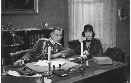 Kreivitär Maria Feodorovna (Anielka Elter) antaa tietoja santarmieversti Ivan Krasnoffille (Yrjö Saarnio). Saarnio oli aikaisempaa näyttelijäkokemusta Moskovan, Berliinin ja Pariisin elokuvastudioista. Elokuvarooli jäi hänen ainoakseen Suomessa.
