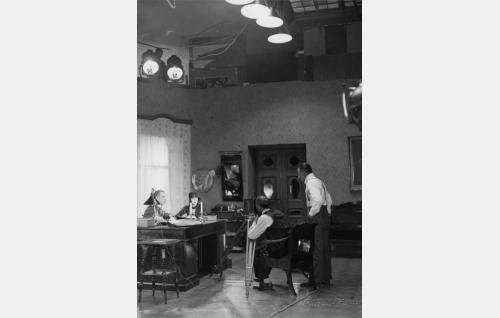Yrjö Saarnion ja Anielka Elterin kohtausta kuvataan Suomi-Filmin Vironkadun studiossa. Kameran takana Frans Ekebom ja oikealla ohjaaja Carl von Haartman.