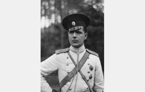 Venäjän armeijan ratsumestari Karl Gustaf Cederström (Helge Ranin).