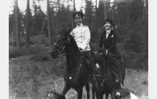 Serkukset Louise (Elsa Segerberg) ja Karl Gustaf Cederström (Helge Ranin) ratsastusrekellä.