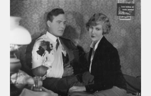 Antti (Aarne Leppänen) on haavoittunut tulitaistelussa santarmien kanssa. Hän ja Louise (Elsa Segerberg) ovat piiloutuneet syrjäiseen matkustajakotiin.