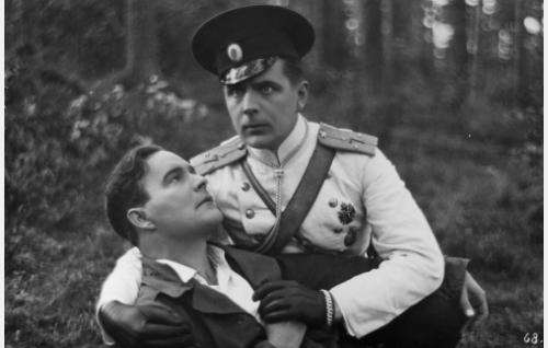 Antti (Aarne Leppänen) kuolee aktivistien ja venäläisen ratsuväen välisessä tulitaistelussa Gustafin (Helge Ranin) käsivarsille. Viime sanoinaan hän todistaa Louisen rakastavan Gustafia.