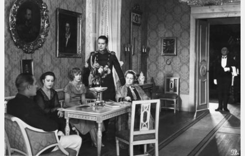 Toivolan sukukartanonsa salissa isäntäväki tilanomistaja Oscar Cederström (Gunnar Wallin),  hänen sisarensa Louise (Elsa Segerberg) ja heidän äitinsä (Katri Rautio) seurassaan ratsumestari Karl Gustaf Cederström (Helge Ranin). Toisena vasemmalta istuu Cederströmien seuraneiti (Vivan Cravelin), ovella seisova hovimestari on tunnistamaton.