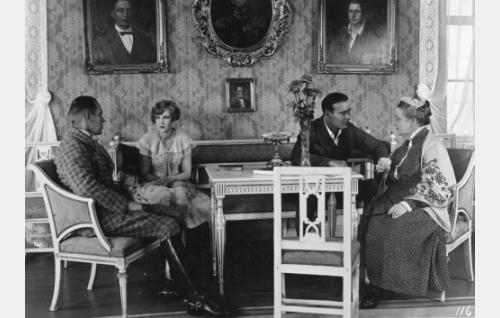 Toivolan sukukartanonsa salissa isäntäväki tilanomistaja Oscar Cederström (Gunnar Wallin), hänen sisarensa Louise (Elsa Segerberg) ja heidän äitinsä (Katri Rautio) seurassaan naapuritilan isäntä Antti Ahma (Aarne Leppänen).