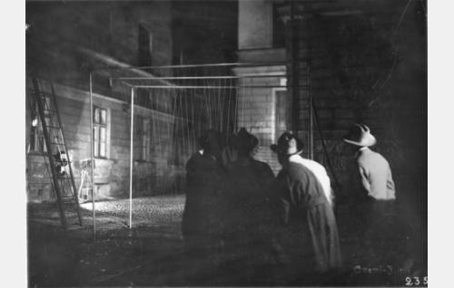 Suomi-Filmin monitoimimiehen, kuvausapulaisen, lavastajan ja studiopäällikön Armas Fredmanin suunnittelema sadetuslaite käytössä yökuvauksissa.