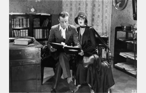 Ohjaaja Carl von Haartman ja hänen Hollywoodin aikainen tuttavansa, itävaltalainen näyttelijätär Anielka Elter, tutkivat käsikirjoitusta.