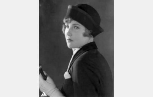 Louise Cederström (Elsa Segerberg). Elsa Segerbergistä (1910-1934) tuli viikko elokuvan ensi-illan jälkeen ohjaaja Carl von Haartmanin ensimmäinen puoliso - hän kuoli keuhkotautiin vain 24-vuotiaana.