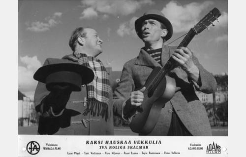 Säveltäjät Martti Teräs (Pentti Viljanen) ja Ville (Tapio Rautavaara) pihalaulajina.