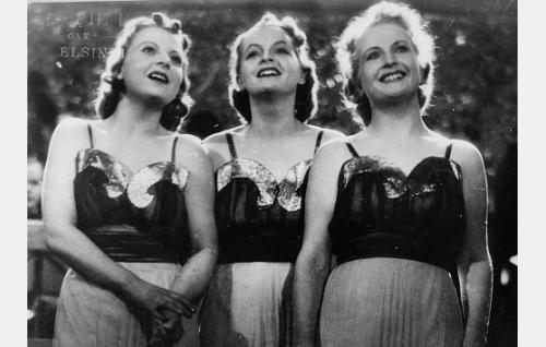 Harmony Sisters esittää elokuvassa kappaleen Hymyillen.