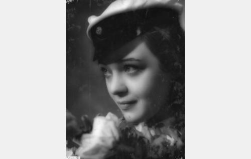 Elina (Nora Mäkinen)