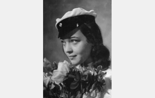 Elina (Nora Mäkinen).