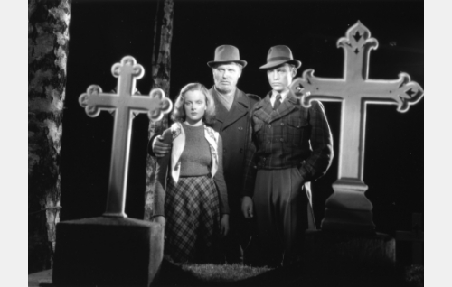 Nuoripari Laila (Ruth Luoma-aho) ja Niilo (Matti Oravisto), sekä Olavi (Kullervo Kalske).