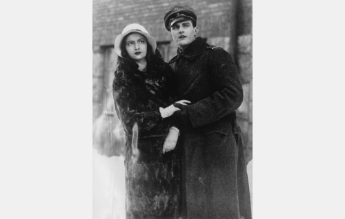 Jääkärikorpraali Martti (Tauno Brännäs) ja Sabina (Hanna Taini).