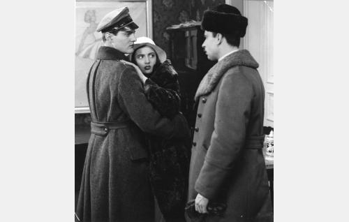 Martti (Tauno Brännäs), Sabina (Hanna Taini) ja von Lichtenstein (Toivo Pohjakallio).