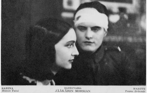 Sabina (Hanna Taini) ja haavoittunut Martti (Tauno Brännäs).