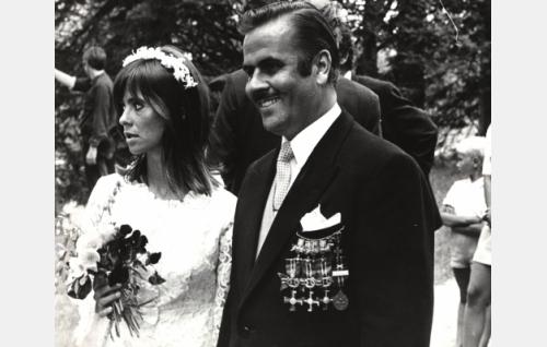 Valelääkäri Gunnar af Heidenstam (Pertti Ylermi Lindgren) ja morsian Leila (Kirsti Wallasvaara), joka ei vielä tiedä tulevansa petetyksi.