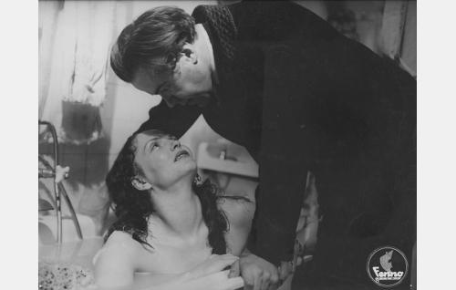 Markus Hormi (Edvin Laine) ja hänen rakastajattarensa Erna (Mirjami Kuosmanen).