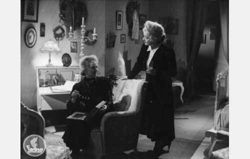 Karpelan kartanon vanhat neidit Adele (Laina Laine) ja Hedvig (Anni Hämäläinen).