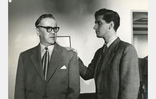 Kouluneuvos Aalto (Aarne Laine) ja hänen poikansa Pertti (Matti Ranin).