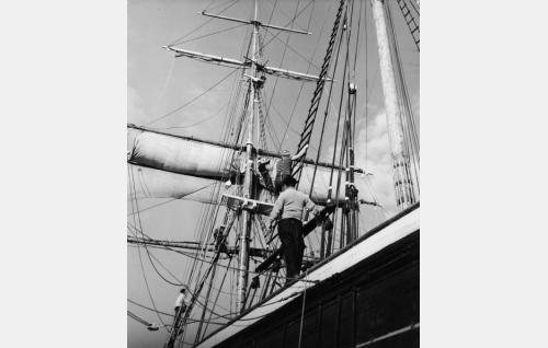 Elokuvan ulkokuvat otettiin museolaiva Sigynillä, joka oli filmausten ajaksi ankkuroitu Airistolle.
