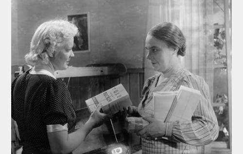 Elsa (Kaisu Leppänen) ja Antin sisar Katri, Nihalan emäntä (Lilli Sairio).