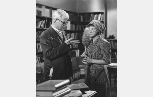 Professori Möller (Paavo Jännes) ja hänen työhuoneensa siivooja Leena Jonsson (Heidi Krohn), joka paljastuu professorin kadonneeksi tyttäreksi.
