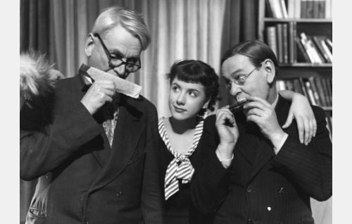 Professori Möller (Paavo Jännes), Leena Jonsson (Heidi Krohn) ja Professori Örn (Arvo Lehesmaa).