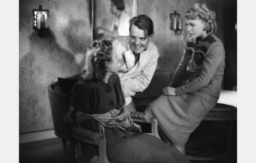 Valentin Vaala ohjaa Kaija Raholaa ja Lea Joutsenoa.