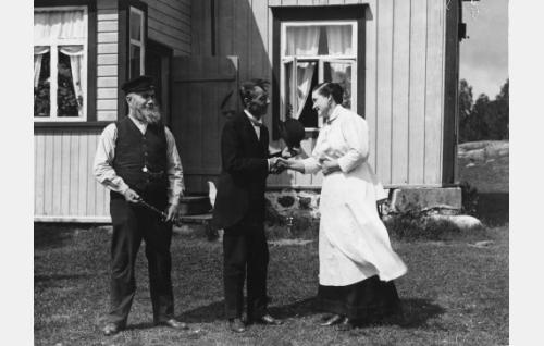 Kyläkauppias Herman Strutberg (Alarik Korhonen, keskellä), luotsivanhin Yrjö Boman (Emil Lindh) ja hänen Loviisa-vaimoaan (Agnes Lindh).