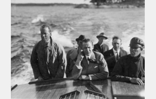 Vasemmalta edessä ohjaaja Erkki Karu, Järvinen, Roivanen, takarivissä vasemmalta Ekebom, Tuukka ja Havas.