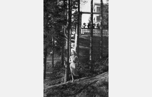 Helmi (Helena Koskinen) parantolan maisemissa.